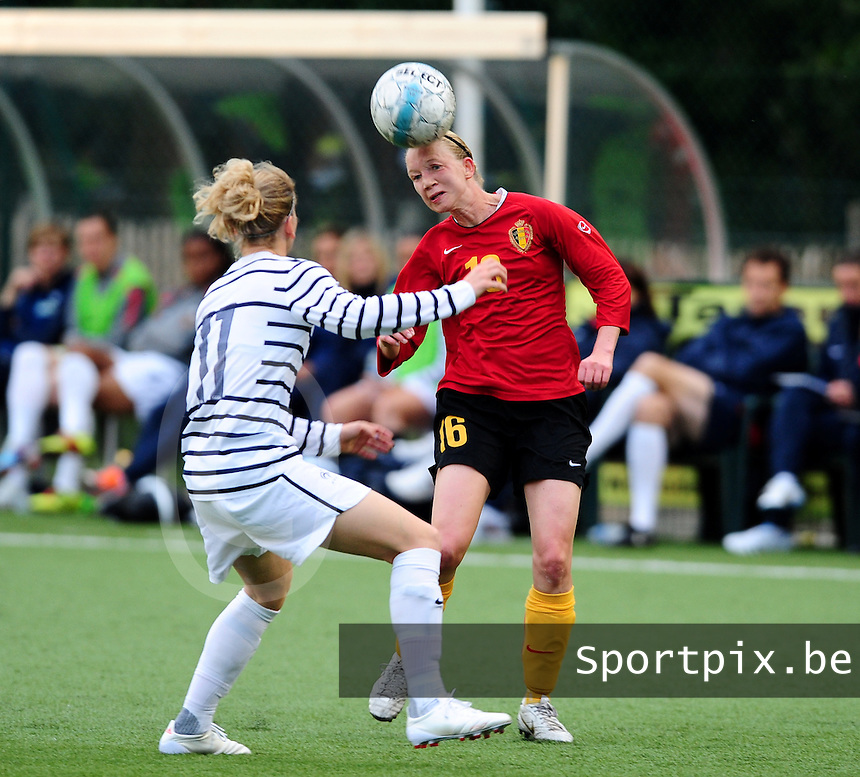 Vriendschappelijke interland vrouwenvoetbal : Belgium A - France A te Nieuwpoort ;..Inge Heiremans kopt de bal over Laure Lepailleur..foto DAVID CATRY / Vrouwenteam.be