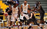 BOGOTA – COLOMBIA - 21 – 05 - 2017: David Hernandez (Der.) jugador de Piratas de Bogota, disputa el balón con Edgar Moreno (Izq.) jugador de Cimarrones de Choco, durante partido entre Piratas de Bogota y Cimarrones de Choco por la fecha 2 de Liga  Profesional de Baloncesto Colombiano 2017 en partido jugado en el Coliseo El Salitre de la ciudad de Bogota. / David Hernandez (R) player of Piratas of Bogota, fights for the ball with Edgar Moreno (L) player of Cimarrones of Choco, during a match between Piratas of Bogota and Cimarrones of Choco, of the  date 2 for La Liga  Profesional de Baloncesto Colombiano 2017, game at the El Salitre Coliseum in Bogota City. Photo: VizzorImage / Luis Ramirez / Staff.