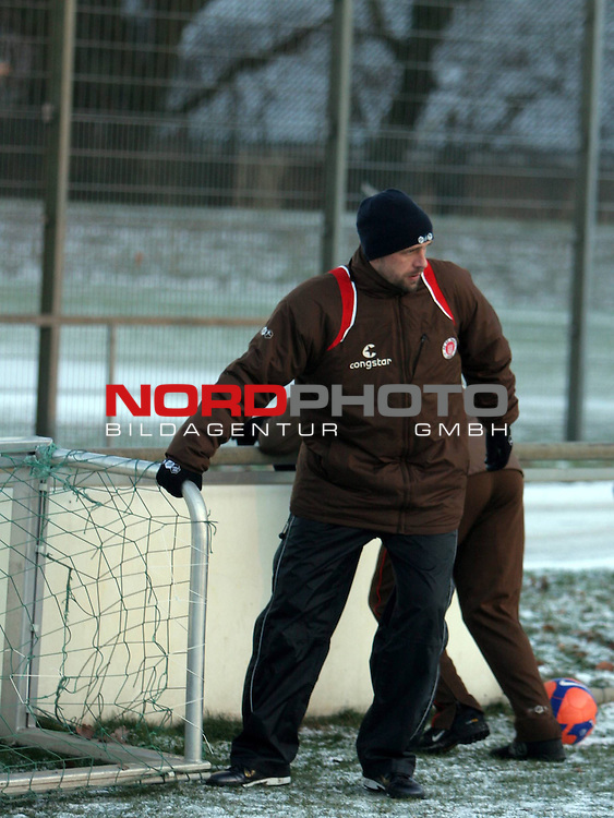 2.Liga FBL 2008/2009  FC St.Pauli - Training im Schnee<br /> <br /> <br /> Holger Stanislawski beim Training.<br /> <br /> <br /> <br /> Foto &copy; nph (nordphoto)<br /> <br /> *** Local Caption ***