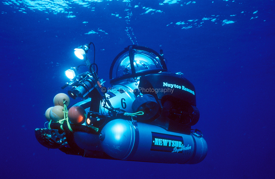 A Deep Worker Submersible Heads Down to the ocean floor. Flower Gardens Bank National Marine Sanctuary, Gulf of Mexico