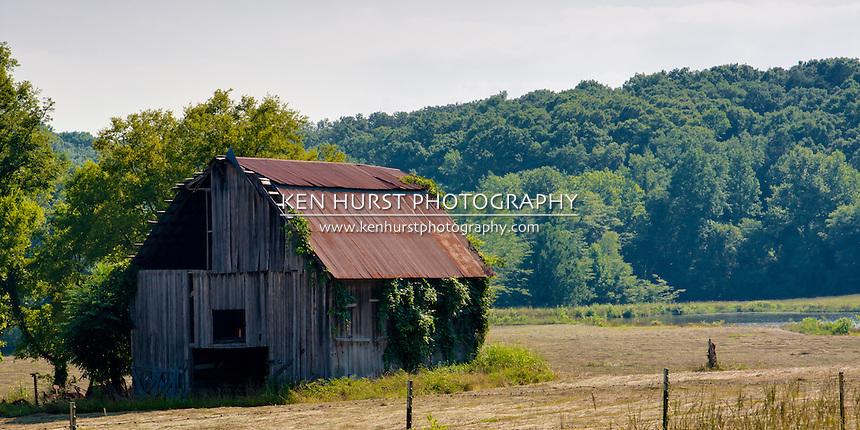 Barn in rural Arkansas north of Hot Springs.