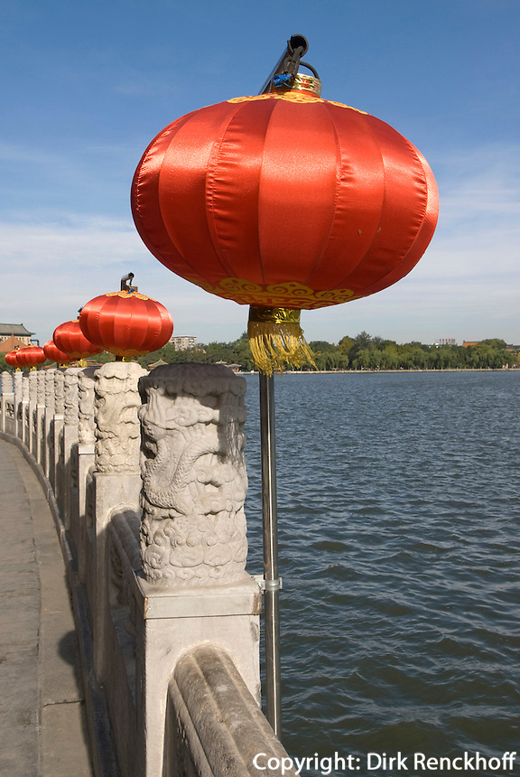 China, Peking (Beijing), vor Restaurant Fangshan auf der Insel Qiongdao  im Beihai (Nördlicher See)