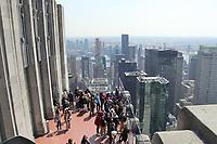 Besucher beim Blick vom Top of the Rock im Rockefeller Center in Richtung Empire State Building - 11.04.2018: Sightseeing in New York