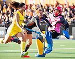 UTRECHT - Margot Zuidhof (Ned)   stuit op keeper Ye Jiao (China)  tijdens de Pro League hockeywedstrijd wedstrijd , Nederland-China . COPYRIGHT  KOEN SUYK