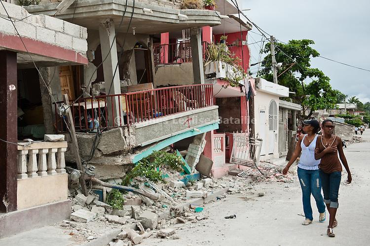 Des habitants constatent l'ampleur des dégâts dans le quartier bas de Jacmel, le 19/01/2010. A 80km au sud de Port-au-Prince (Haiti), la ville a été durement touchée par le séisme du 12/01/2010.
