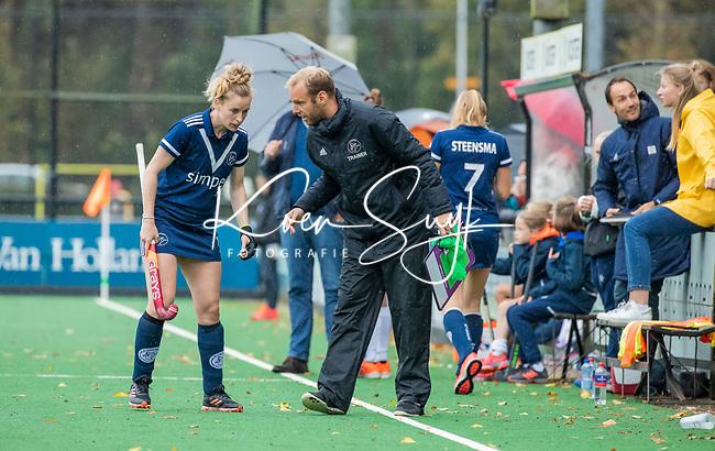 BLOEMENDAAL  - coach Daan Sabel (Pinoke) met Frederique Malefason (Pinoke)  tijdens de hoofdklasse competitiewedstrijd vrouwen , Bloemendaal-Pinoke (1-2) . COPYRIGHT KOEN SUYK