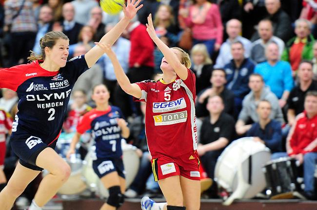 BENSHEIM, DEUTSCHLAND - JANUAR 08: 15. Spieltag in der Handball Bundesliga Frauen (HBF) zwischen der HSG Bensheim/Auerbach (rot) und der SG BBM Bietigheim (blau) am 08. Januar 2014 in der Weststadthalle Bensheim, Deutschland. Endstand 30-26. (16-12)<br /> (Photo by Dirk Markgraf/www.265-images.com) *** Local caption *** #5 Antje Lauenroth von der HSG Bensheim/Auerbach, #2 Helena Frank von der SG BBM Bietigheim