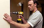ZALTBOMMEL - Bouwvakker hanteert draadloze boormachine tijdens renovatie. COPYRIGHT TON BORSBOOM