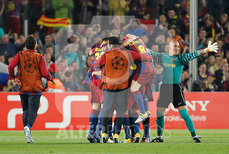 FC Barcelona's Jeffren Suarez, Thiago Alcantara, Ibrahim Afellay, Sergio Busquets, Andres Iniesta and Victor Valdes celebrate the victory in the UEFA Champions League Semifinal match.May 3,2011.(ALTERPHOTOS/Acero)