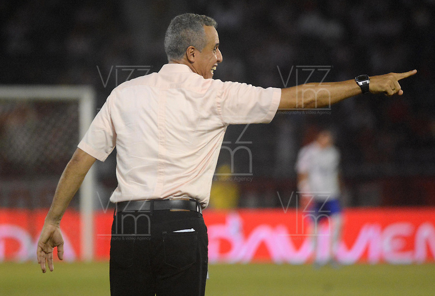 BARRANQUIILLA -COLOMBIA-27-09-2015: Alexis Mendoza técnico del Atlético Junior gesticula durante partido contra Deportivo Pasto por la fecha 14 de la Liga Águila II 2015 jugado en el estadio Metropolitano Roberto Meléndez de la ciudad de Barranquilla./ Alexis Mendoza coach of Atletico Junior gestures during match against Deportivo Pasto for the date 14 of the Aguila League II 2015 played at Metropolitano Roberto Melendez stadium in Barranquilla city.  Photo: VizzorImage/Alfonso Cervantes/