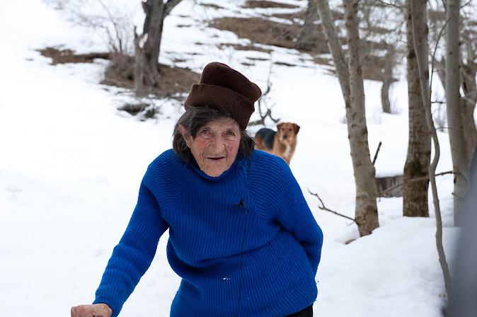 Stana Cerovic schwor als junges Mädchen, wie ein Mann zu leben und niemals zu heiraten. Nur unter dieser Voraussetzung konnte sie den Hof ihrer Eltern erben und weiterführen. Die über 80-Jährige ist die letzte noch lebende ?eingeschworene Jungfrau? Montenegros. Bis heute lebt sie wie ein Mann.
