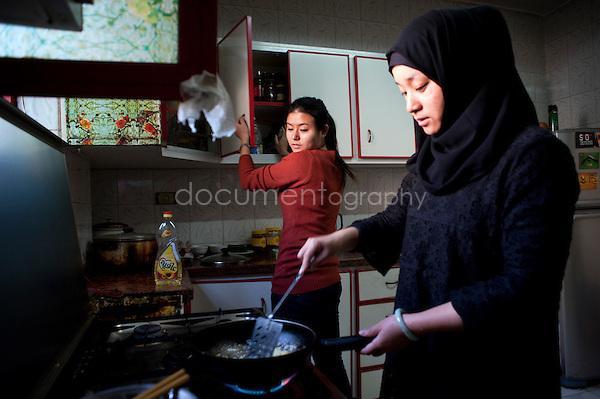 Copyright : Magali Corouge / Documentography.Le Caire, le 26 janvier 2013. .Yitong Shen dans la cuisine qu'elle partage avec 7 autres colocataires dont Jing Jing, dans le quartier d'Abbasseya du Caire.