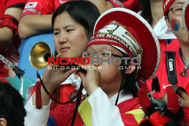 FIFA WM 2006 -  Gruppe D  Vorrunde ( Group D )<br /> Play   #29 (18-Jun) - Frankreich - Korea<br /> <br /> Blasmusik Unterst&uuml;tzung auf Koreanisch. Fan von Korea in Tracht und mit Blasinstrument.<br /> <br /> Foto &copy; nordphoto