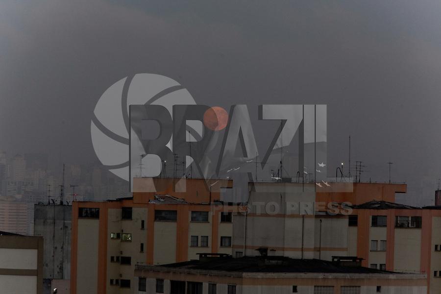 SÃO PAULO, SP, 02/08/2012, LUA. A lua cheia proporcionou outro espetaculo na manhã de hoje (2) em São Paulo. Ao se despedir do ceu paulista a lua estava totalmente alaranjada. Luiz Guarnieri/ Brazil Photo Press.