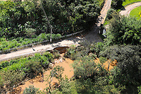 JUATUBA/ MINAS GERAIS / BRASIL (06.01.2012) - Em Juatuba (MG), estradas ficam comprometidas com as chuvas que castigam a cidade e todo estado de Minas Gerais. Foto: Douglas Magno / News Free