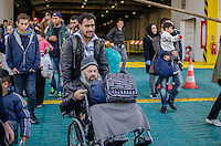 PIREUS, GRECIA, 14.11.2015 - EUROPA-REFUGIADOS - Refugiados chegam ao Porto de Pireu na Grécia nesta sábado, 14. (Foto: George Panagakis / Brazil Photo Press)