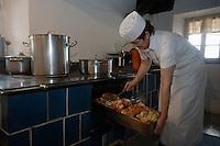 "Europe/Italie/Trentin Haut-Adige/Dolomites/Alta Badia/env de San Cassiano/Pedraces:  Auberge de Montagne   ""Maso Runch Hof"" .  En cuisine avec  Maria  Nagler cuisson des jarrets de porc"