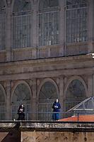 Città del Vaticano, 20 Aprile, 2014. Due suore assistono alla messa di Pasqua dal colonnato di San Pietro. Nuns stand on St. Peter's colonnade as Easter Mass is held by Pope Francis in St. Peter's Square in Vatican.