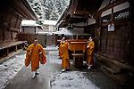 (En) January 2010 - Koyasan, Japan. In the Oku-no-in cemetery, monks are bringing food as one of the two daily offerings to Kukai. Kukai (774-835), alias Kobodaishi, was the founder of the Shingon school of Buddhism. (Fr) Janvier 2010 - Koyasan, Japon. Dans le cimetiere de l'Oku-no-in, des moines apportent un de ses deux repas quotidiens en offrande à Kobodaishi, fondateur de l'ecole japonaise du bouddhisme esoterique.