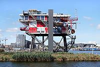 Nederland Amsterdam 2018 . Het REMeiland. Het REM-eiland was een platform in de Noordzee, op 9 kilometer buiten de kust van Noordwijk. In 1964 werden vanaf deze basis vanaf 12 augustus tot 14 december commerciële televisie-uitzendingen onder de naam TV Noordzee verzorgd. Momenteel staat het REM-eiland in het IJ en is er een restaurant in gevestigd. Foto Berlinda van Dam / Hollandse Hoogte