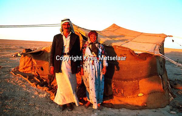 Syria, El Haseke, Sept. 1989..Nomad couple posing in front of their summer tent in the far North East of Syria...Nomaden echtpaar voor hun zomer tent in het verre Noord-Oosten van Syrie...Photo  Kees Metselaar
