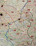 Foto: VidiPhoto<br /> <br /> BASTOGNE – Op 16 december is het precies 75 jaar geleden dat Hitler een laatste serieuze poging deed om de geallieerde opmars tot stilstand te brengen en de haven van Antwerpen in handen te krijgen. Het Ardennenoffensief was tegen de zin van de Duitse generaals, omdat er onvoldoende getrainde manschappen beschikbaar waren en nauwelijks brandstofvoorraden. In totaal kwamen er 160.000 militairen aan zowel Duitse als geallieerde zijde om het leven. Foto: Deze kaart geeft aan hoever de Duitsers wisten door te stoten tijdens het Ardennenoffensief.