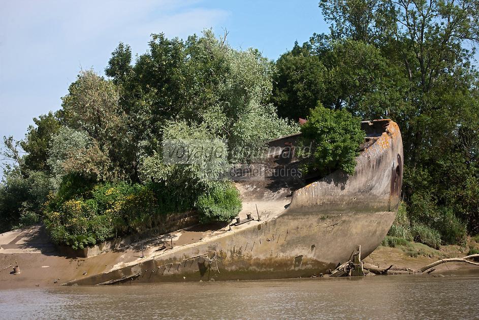 Europe/France/Aquitaine/33/Gironde/Margaux: Ile Margaux une péniche qui servait au transport des céréales a été échouée devant l'ile pour la protéger de l'érosion.