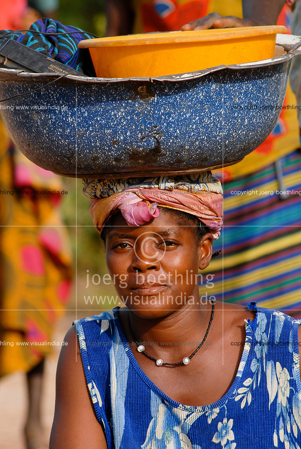 MALI, Bougouni, woman with enamel bowl on the head, Frau mit Emaille Schale auf dem Kopf