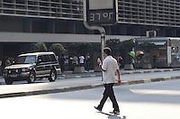 ATENÇÃO EDITOR: FOTO EMBARGADA PARA VEÍCULOS INTERNACIONAIS. SAO PAULO, 18 DE SETEMBRO DE 2012 - CLIMA TEMPO CALOR -  Tarde quente nesta terca feira que e o dia mais quente deste inverno, na Avenida Paulista, regiao central da capital. FOTO: ALEXANDRE MOREIRA - BRAZIL PHOTO PRESS