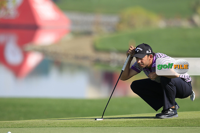 Pablo Larrazabal (ESP) lines up his putt on the 1st green during Friday's Round 2 of the Abu Dhabi HSBC Golf Championship 2015 held at the Abu Dhabi Golf Course, United Arab Emirates. 16th January 2015.<br /> Picture: Eoin Clarke www.golffile.ie