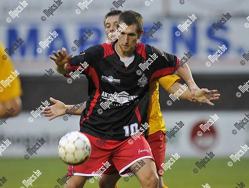2010-08-25 / Voetbal / seizoen 2010-2011 / Hoogstraten VV - Waregem / Dirk Matthyssen met een speler van Waregem in de rug..Foto: Mpics
