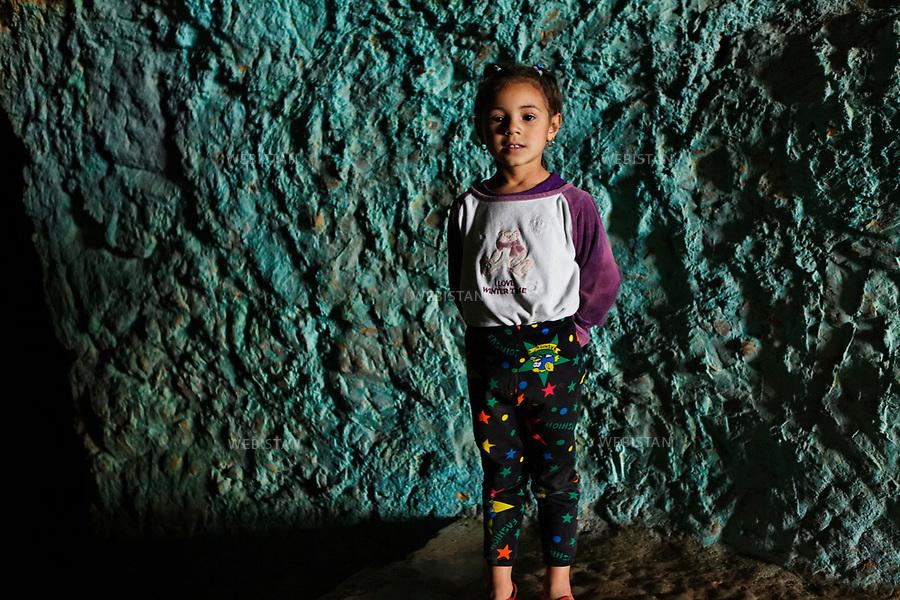 Algerie. Oran. 11 Avril 2011.<br /> Une petite fille nommee Fatima, dans &laquo;la grotte d'Aidour&raquo; habitee autrefois durant la periode neolithique.<br /> <br /> <br /> Algeria, Oran. April 11th 2011<br /> A little girl named Fatima, in the &quot;Aidour cave&quot; once inhabited during the Neolithic period.