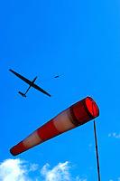 4415/Gegen den Wind:DEUTSCHLAND, HAMBURG,  11.05.2005:Segelflug, Segelflugzeug, Windenstart, Windsack, Windrichtung, Windstaercke,  gegen den Wind,Wolken, Cumuls, Aprilwetter