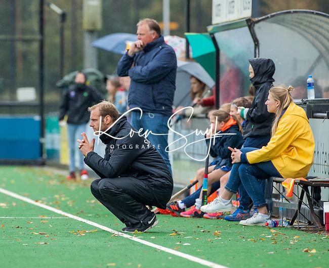 BLOEMENDAAL  - coach Daan Sabel (Pinoke) tijdens de hoofdklasse competitiewedstrijd vrouwen , Bloemendaal-Pinoke (1-2) . COPYRIGHT KOEN SUYK