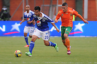 ENVIGADO -COLOMBIA-11-08-2013. Mateus Uribe (D) disputa el balón con José Harrison Otálvaro (I) durante el encuentro entre Envigado y Millonarios válido por la fecha 3 de la Liga Postobón II 2013 realizado en el Parque Estadio de la ciudad de Envigado./ Mateus Uribe (R) vies for the ball with Jose Harrison Otalvaro (L) during match between Envigado and Millonarios valid for the 3th date of the Postobon League II 2013 at Parque Estadio in Envigado city.  Photo: VizzorImage/Luis Ríos/STR