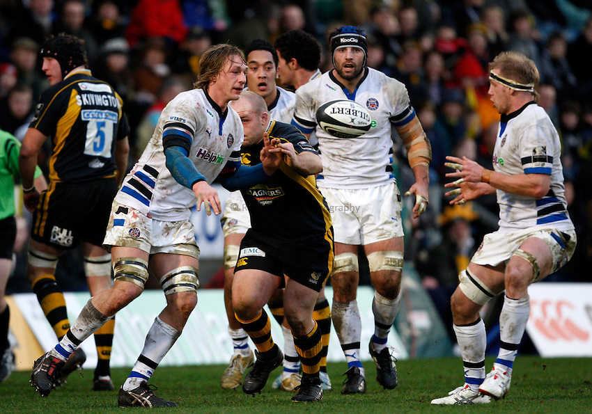 Photo: Richard Lane/Richard Lane Photography..London Wasps v Bath Rugby. Guinness Premiership. 29/12/2007. .Bath's Martin Purdy passes to James Scaysbrook.