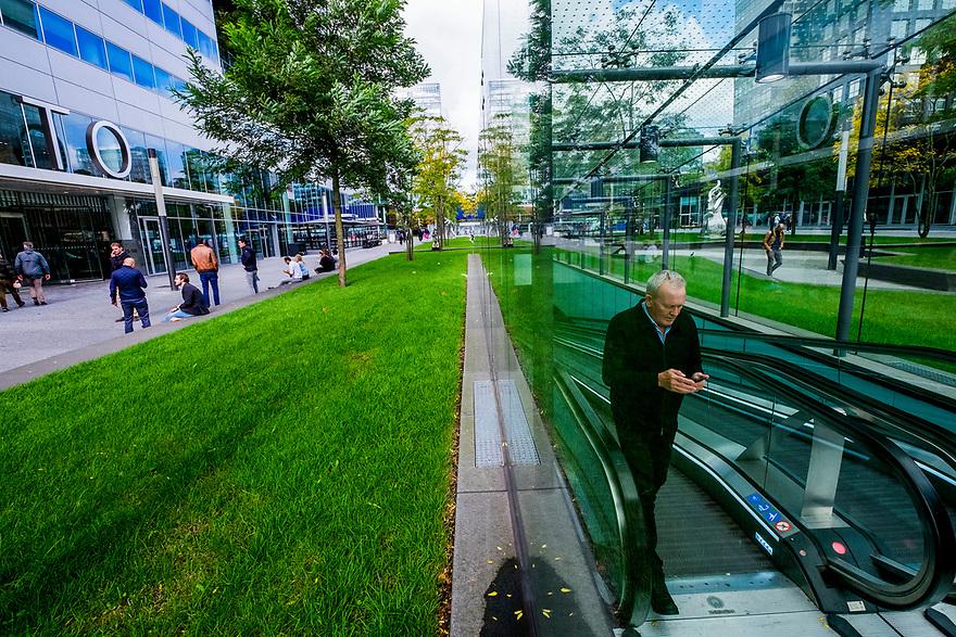 Nederland, Amsterdam, 20171003<br /> Amsterdam Zuidas. Zakencentrum van Amsterdam. In- en uitgang fietsenstalling op de zuidas.<br /> <br /> Foto: (c) Michiel Wijnbergh