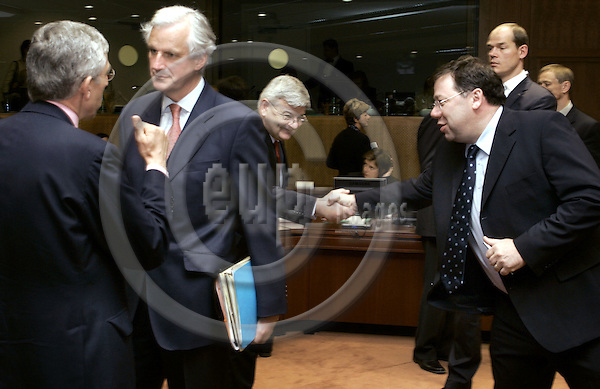 BRUSSELS - BELGIUM - 24 MAY 2004--Inter- Governmental Conference with Foreign Ministers at the EU-Council.--The British Minister of Foreign Affairs Jack STRAW (L) in discussion with the French Minister of Foreign Affairs Michel BARNIER. Joschka FISCHER (C), the German Minister of Foreign Affairsgreeting the Irish Minister of Foreign Affairs Brian COWEN (R). -- PHOTO: JUHA ROININEN / EUP-IMAGES