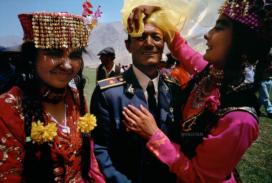 1995. Tajik women in traditional clothes at a feast in the plain of Mazar during the 40th anniversary of the &quot;independence&quot; of Taxkorgan Tajik Autonomous County. Femmes en costume traditionnel tadjik &agrave; un banquet dans la plaine de Mazar lors du 40e anniversaire de &quot;l'ind&eacute;pendance&quot; du comt&eacute; autonome tadjik de Taxkorgan.<br /> HEMIS diffusion