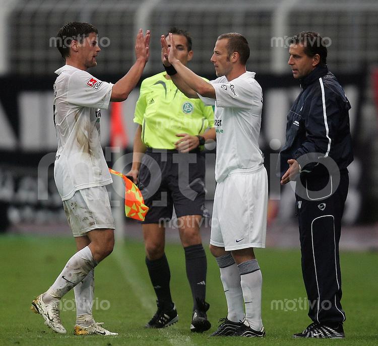 Jena , 250806 , Saison 2006/2007 ; Fussball 2.Bundesliga FC Carl Zeiss Jena - 1.FC Koeln  Trainer Heiko WEBER (R) wechselt Mark ZIMMERMANN (M) fuer Torsten ZIEGNER (alle Jena) ein