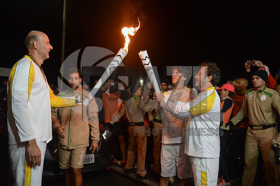 PORTO ALEGRE, RS, 07.07.2016 - RIO-2016 - Kleiton e Kledir dupla de músicos, durante revezamento da Tocha Olímpica em Porto Alegre, nesta quinta-feira. (Foto: Rodrigo Ziebell/Brazil Photo Press)