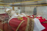 L'Aquila - Riaperta al pubblico la Sacra Basilica di Collemaggio, restaurata dal gruppo Eni. I lavori, iniziati a dicembre 2015, sono terminati dopo 2 anni, a dicembre 2017. Nell'interno della basilica è possibile osservare le spoglie di Papa Celestino V, detto Pietro da Morrone,  colui che fece il gran rifiuto. Nella foto alcuni particolari di Papa Celestino nell'interno della BAsilica. Photo Adamo Di loreto/ BuenaVista*photo