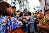 CURITIBA, PR, 07.11.2016 - EDUCAÇÃO-PR –  Estudantes choram durante reintegração de posse do Institudo de Educação do Paraná na tarde deste segunda-feira (07) em frente ao prédio do institudo no centro de Curitiba. (Foto: Paulo Lisboa/Brazil Photo Press)