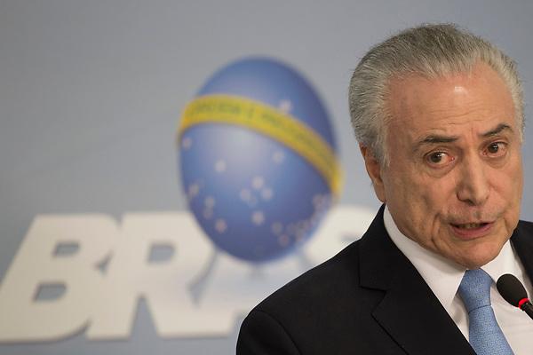 BRA141. BRASILIA (BRASIL), 02/08/2017.- El presidente de Brasil, Michel Temer, habla sobre el archivo del proceso de corrupción que tramitaba en la Cámara de los Diputados hoy, miércoles 2 de agosto de 2017, en la ciudad de Brasilia (Brasilia). Temer se libró hoy del juicio penal que amenazaba su mandato con la fuerza que conserva su menguada base política, que se impuso en la Cámara baja para archivar los cargos de corrupción que formuló la Fiscalía. EFE/Joédson Alves