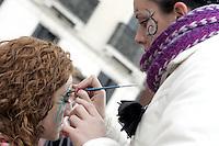 Una truccatrice prepara un turista per il Carnevale di Venezia.<br /> A makeup artist prepares a tourist for the Carnival in Venice.<br /> UPDATE IMAGES PRESS/Riccardo De Luca