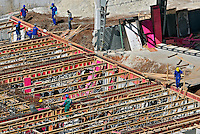 Operarios construçao de predio no bairro da Vila Olímpia. Sao Paulo. 2013. Foto de Marcia Minillo