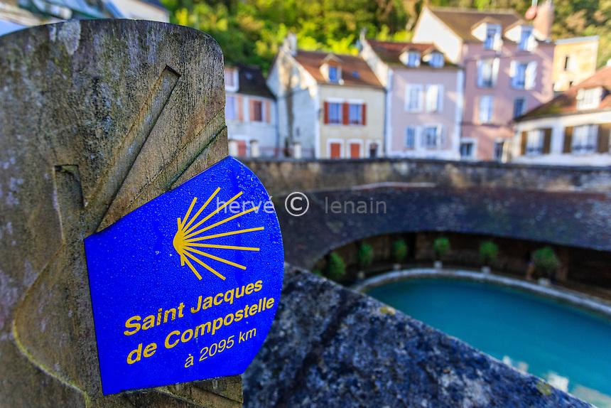 France, Yonne(89), Tonnerre, la Fosse Dionne, signalétique des chemins de Compostelle // France, Yonne, Tonnerre, Fosse Dionne, signage of Santiago pilgrimage