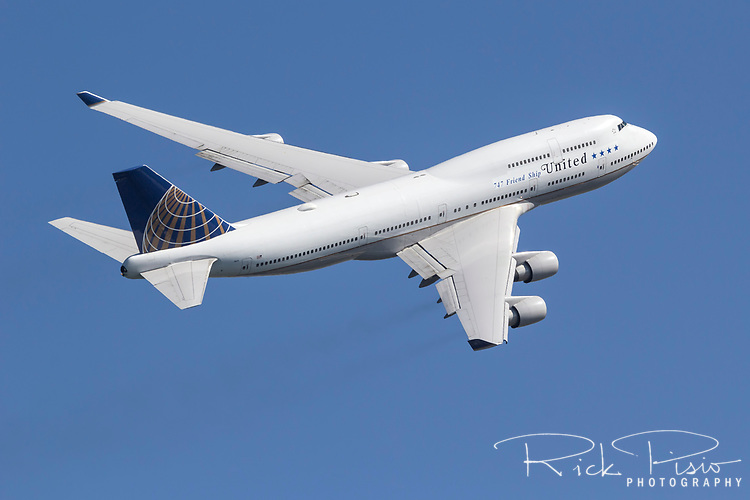 Boeing 747-400 (N121UA) in United Airlines colors climbs and turns during a flight demonstration in October of 2017.