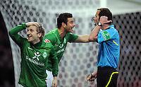 FUSSBALL   1. BUNDESLIGA   SAISON 2011/2012   30. SPIELTAG SV Werder Bremen - Borussia Moenchengladbach    10.04.2012 Marko Marin (li) und Claudio Pizarro (Mitte, SV Werder Bremen) reklamieren bei Schiedsrichter Marco Fritz (re)