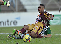 IBAGUÉ -COLOMBIA, 23-06-2013. Charles Monsalvo (I) de Deportes Tolima disputa el balón con John Stheffan Medina (atras) de Atlético Nacional durante partido de los cuadrangulares finales, fecha 2, de la Liga Postobón 2013-1 jugado en el estadio Manuel Murillo Toro de la ciudad de Ibagué./ Deportes Tolima in Charles Monsalvo (L) fights for the ball with Atletico Nacional player John Stheffan Medina (R) during match of the final quadrangular 3th date of Postobon  League 2013-1 at Manuel Murillo Toro stadium in Ibague city. Photo: VizzorImage/STR